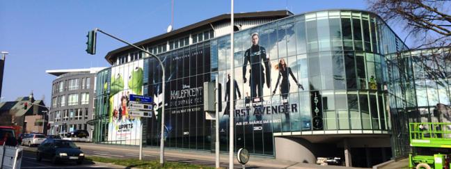 Beschriftung von Kinos und anderen Gebäuden mit Glasfassaden