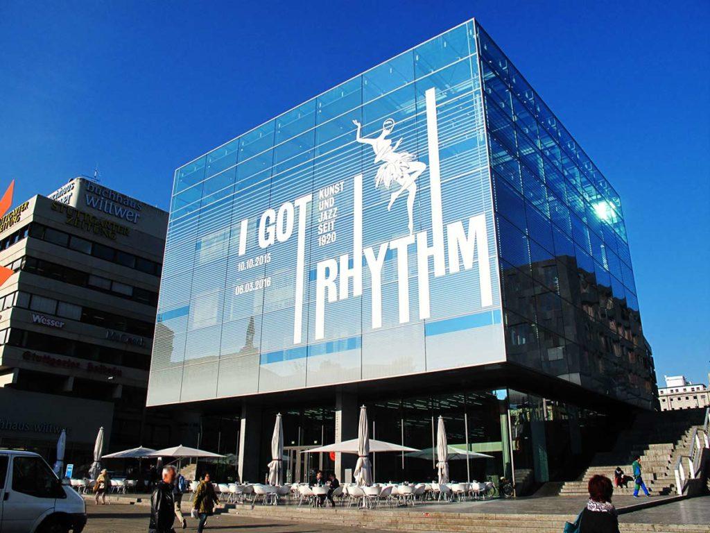Werbung auf einer Glasfassade mit Hilfe von Klebefolien