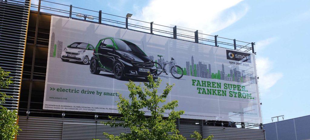 Bannerwerbung an einer Gebäudefassade mit einer Wandbefestigung