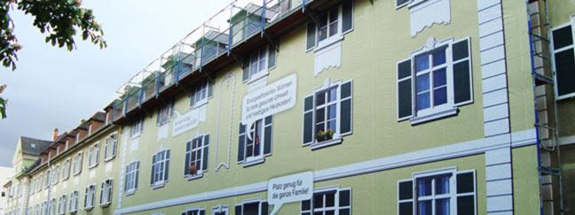 Abbilldung einer Gerüstverkleidung die wir an einem Gerüst einer Wohnraumerneuerung angebrachten.
