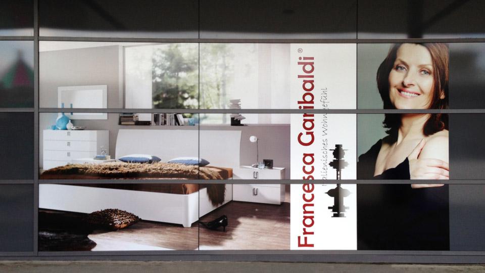 Klebefolie als Sichtschutz auf Fensterflächen