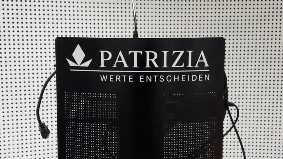 Buchstaben aus Klebefolie auf einem Rednerpult angefertigt mit Folienschnitt