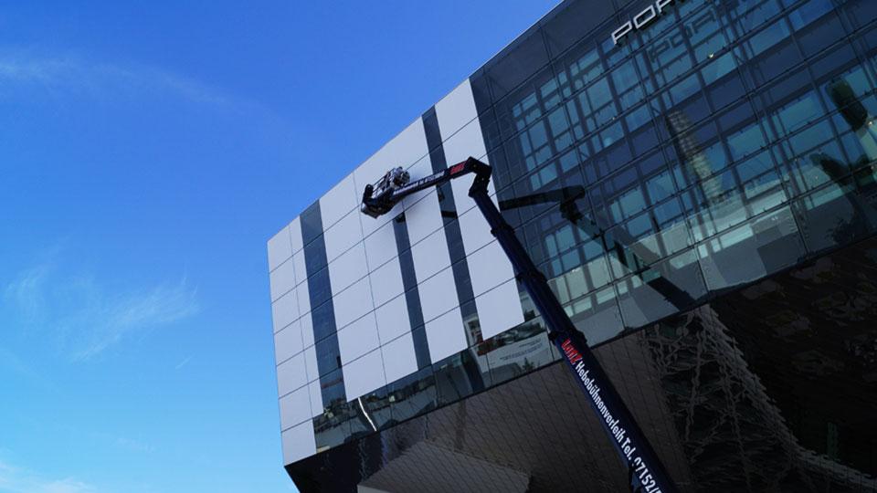 Beklebung von Glasfassaden mit weißer Klebefolie als Projektionsfläche für Videoprojektoren.