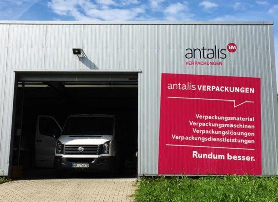 Fassadenwerbung: Werbung an Blechfassade über bedruckte Klebefolie.