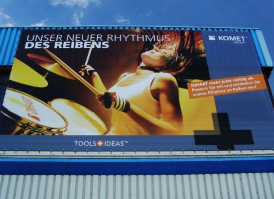 Fassadenwerbung: Werbung an einer Blechfassade mit einem Werbebanner.