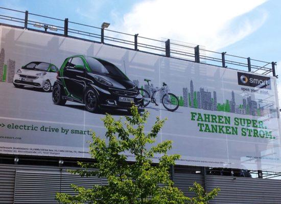 Großes Werbebanner an Gebäude für Fahrzeugwerbung.