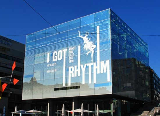 Klebefolien an Glasfassaden zur Werbung und Kommunikation auf Fenstern und gläsernen Flächen.