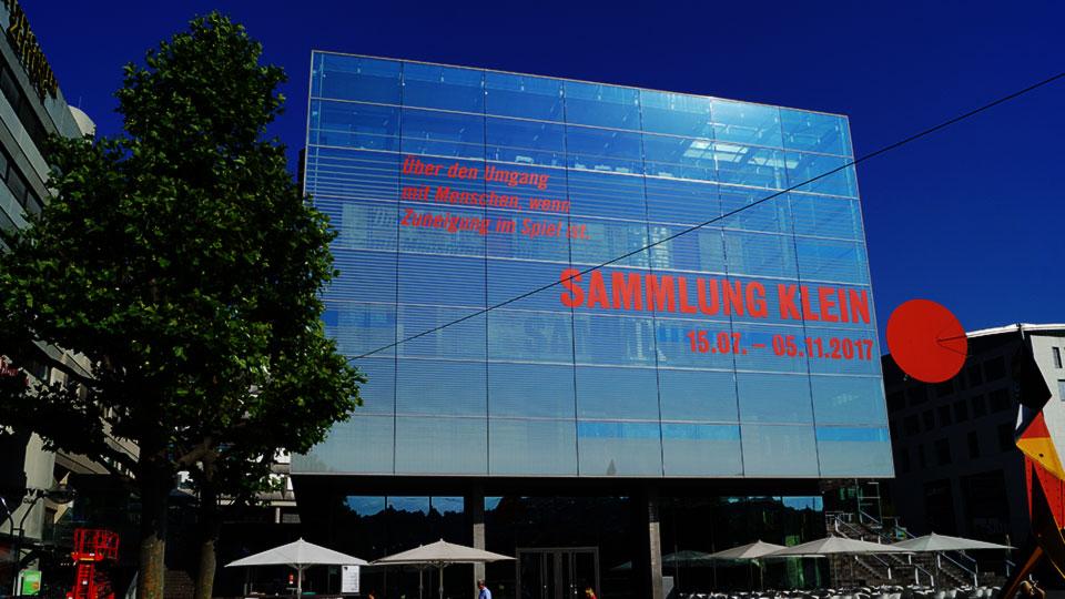 Veröffentlichung einer Veranstaltung an einer Glasfassade des Kunstmuseum Stuttgart