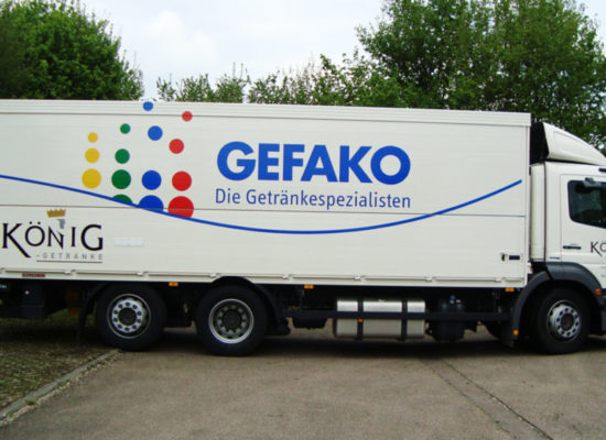 Werbung und Fahrzeugbeschriftung auf LKW: Saubere Beklebung von Fahrzeugen und Kfz-Autofolierung