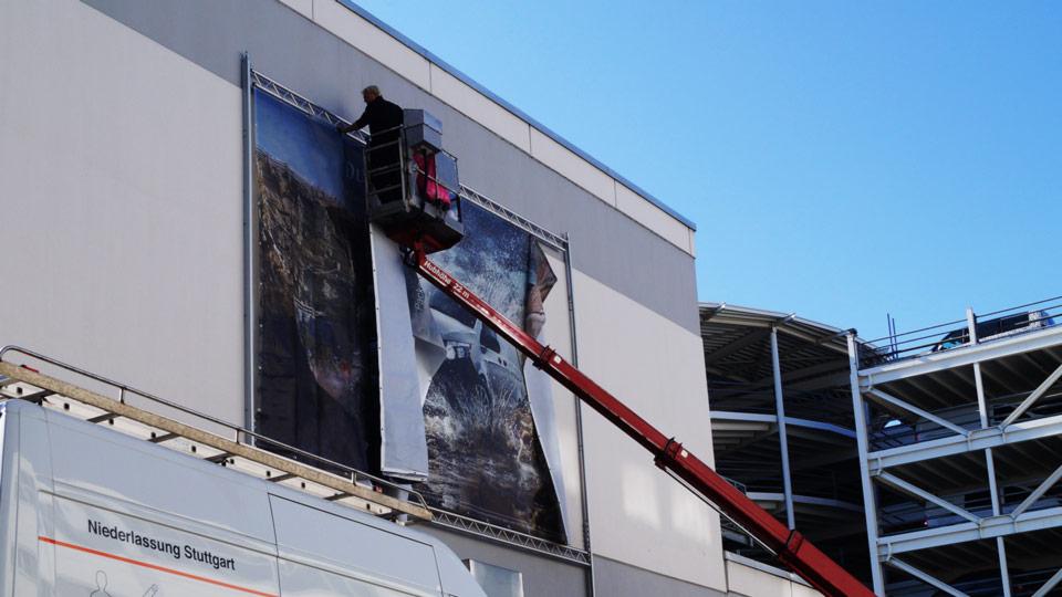 Montage und Befestigung von Fassadenwerbung und groß dimensionierter Werbesysteme an Gebäuden