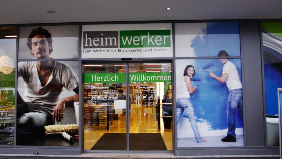 Schaufensterwerbung an einem Eingang eines großen Heimwerkermarktes