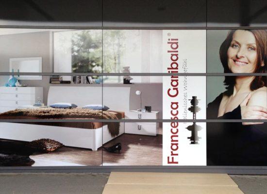 Schaufensterwerbung: Beschriftung von Schaufenstern mit Klebefolie für die Werbekommunikation, oder als Sichtschutz.