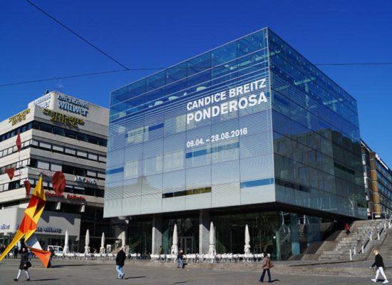 Beschriftung an Glasfassaden mit großdimensionierter Werbung für Veranstaltungen aller Art.