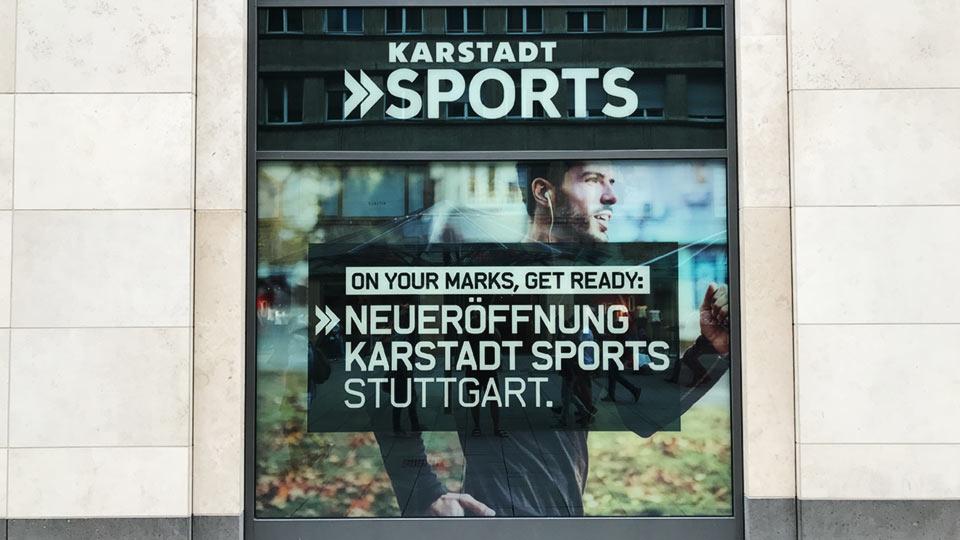 Werbung an einem Schaufenster eines großen Kaufhauses