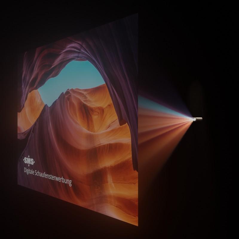 Projektor projiziert digitale Medien auf die mit Projektionsfolie beklebten Schaufenster