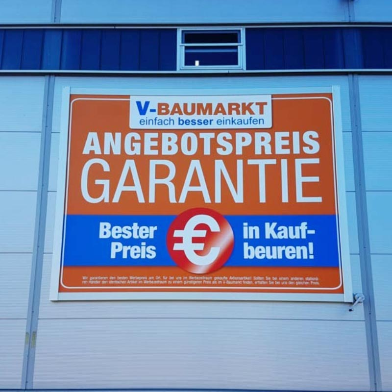 Beispiel einer Installation des Werbelifter+ mit Werbung für V-Baumarkt