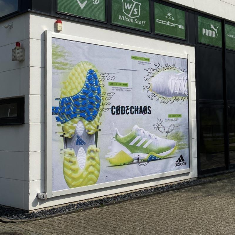 Beispiel einer Installation des Werbelifter+ mit Werbung für einen Schuhhersteller