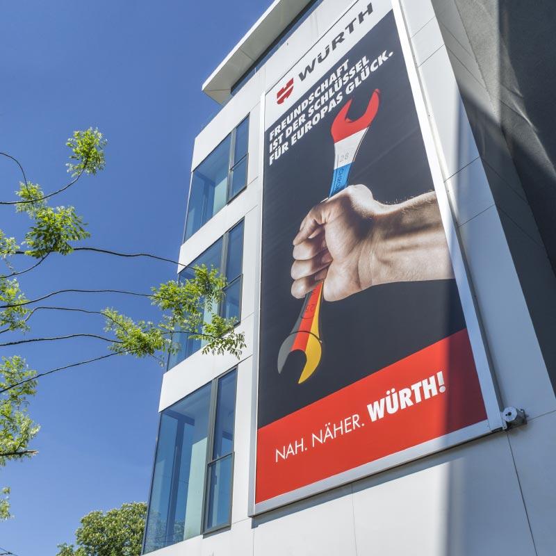 Beispiel einer Installation des Werbelifter+ mit Werbung für Würth