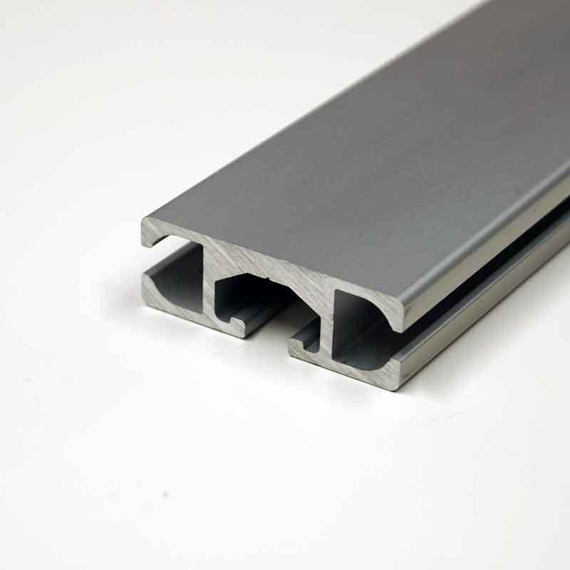 Die Aluminium-Profilschiene des Kederrahmen+: System zur Befestigung von Bannern für die Fassadenwerbung