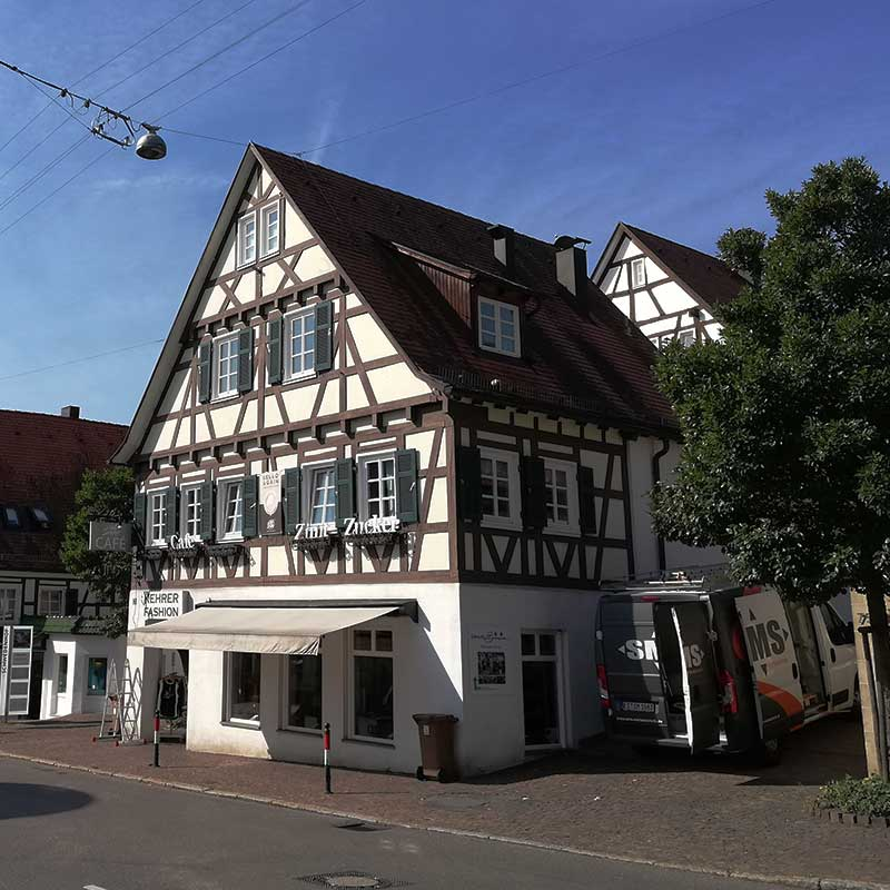 Lichtwerbung in Echterdingen: Herstellung und Montage. Hier für das Modehaus Kehrer. Fotografie 1