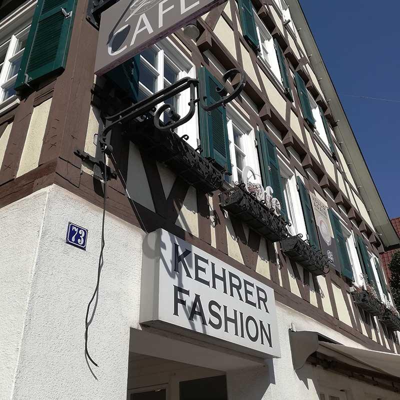 Lichtwerbung in Echterdingen: Herstellung und Montage. Hier für das Modehaus Kehrer. Fotografie 2