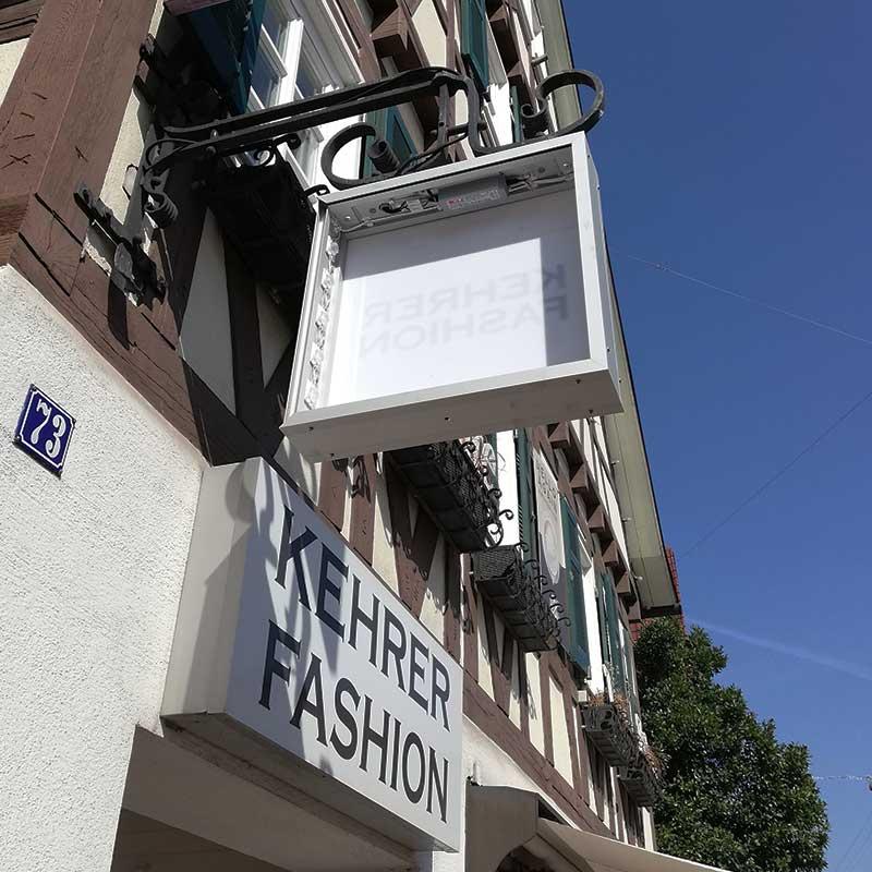 Lichtwerbung in Echterdingen: Herstellung und Montage. Hier für das Modehaus Kehrer. Fotografie 3