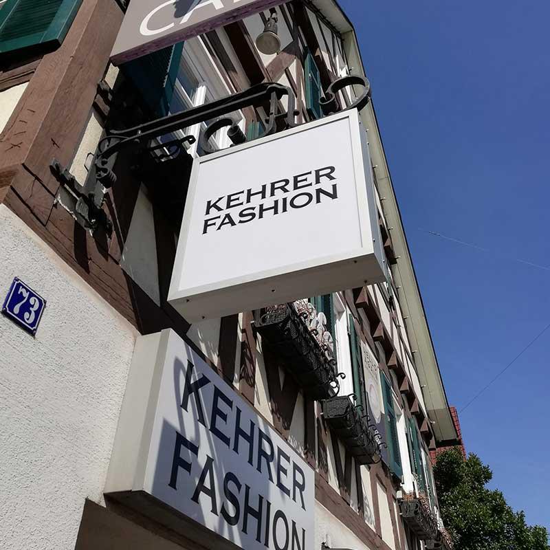 Lichtwerbung in Echterdingen: Herstellung und Montage. Hier für das Modehaus Kehrer. Fotografie 4