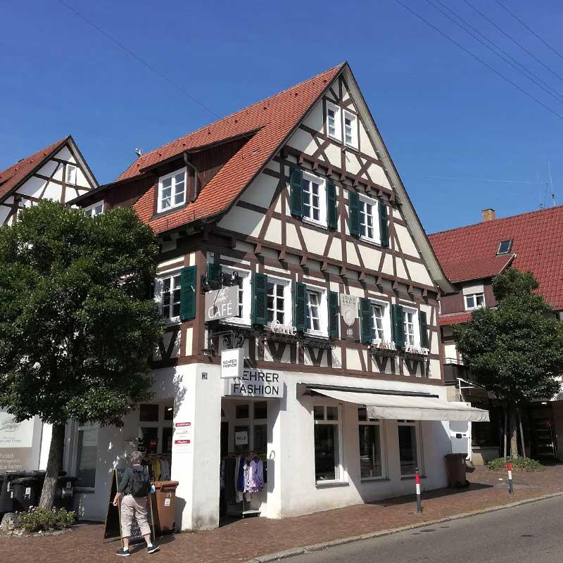 Lichtwerbung in Echterdingen: Herstellung und Montage. Hier für das Modehaus Kehrer. Fotografie 6