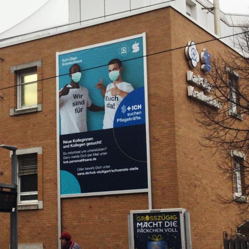 Werbelifter+ mit Fassadenwerbung am Karl Olga Krankenhaus