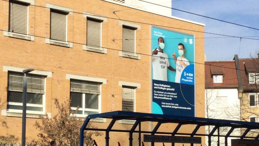 Werbeanlage Stuttgart: Fassadenwerbung mit großformatigem Werbebanner am Karl-Olga-Krankenhaus
