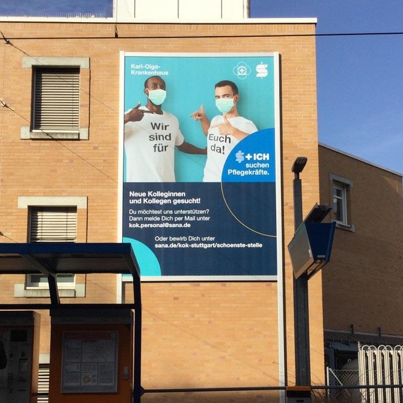 Werbeanlage Stuttgart: Neue Fassadenwerbung am Karl-Olga-Krankenkaus mit dem Werbelifter+, Frontalansicht