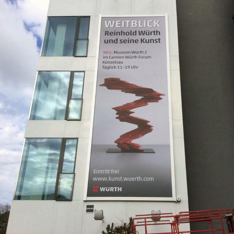 Fassadenwerbung in Stuttgart mit dem Werbelifter+. Befestigen Sie großformatige Werbebanner mit dem komfortablen Liftsystem.