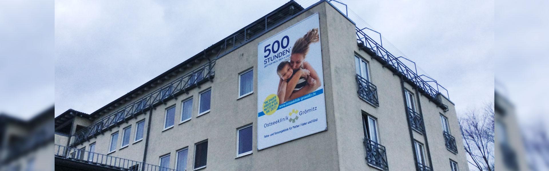 Unser Kederrahmen+ für die neue Fassadenwerbung der Ostseeklinik Grömitz