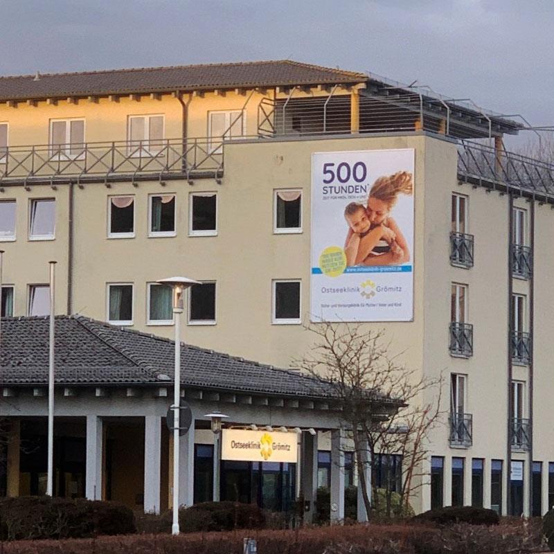 Die Fassade der Klinik mit der neuen Werbeanlage mit dem Kederrahmen+