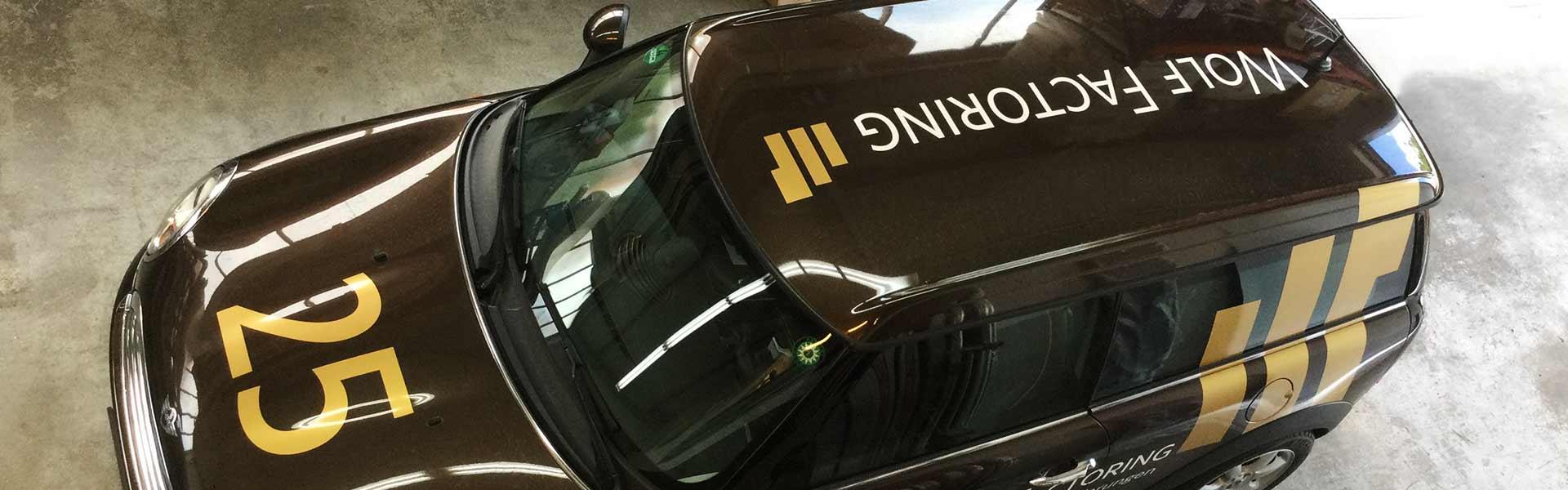 Fahrzeugbeschriftung Stuttgart: Beschriftung für Wolf Factoring, Fahrzeugdach