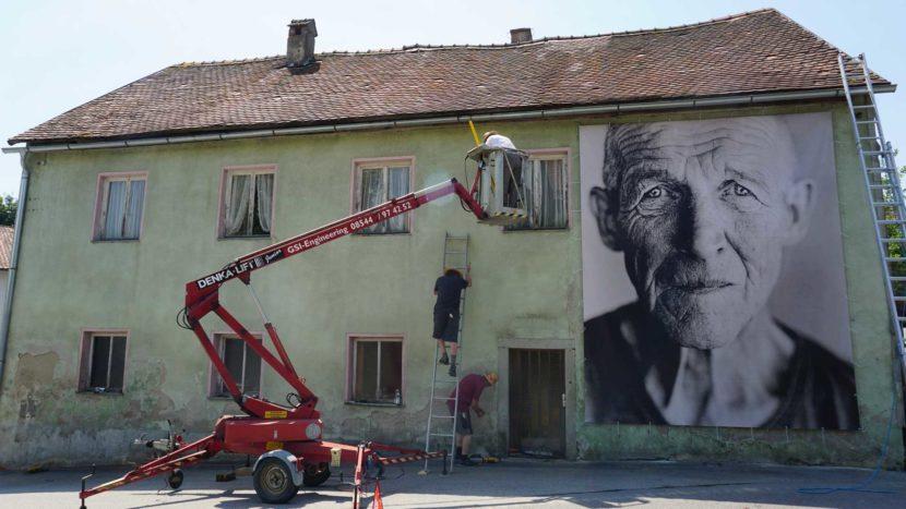"""Installation """"Spuren der Zeit"""" mit Fotografien des Künstlers Martin Waldbauer"""