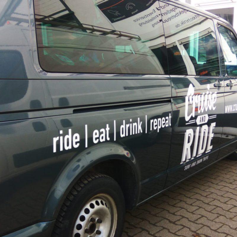 Werbung auf Fahrzeugen mit Logos und Schriftzügen durch die Fahrzeugbeschriftung (Autofolierung)